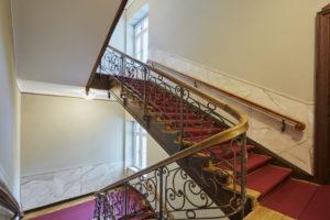 Treppenhausgestaltung I Marmorierung I Profilleiste in Graumalerei